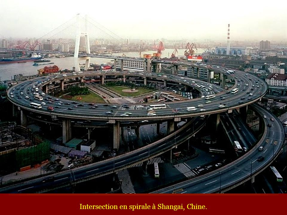Intersection en spirale à Shangai, Chine.