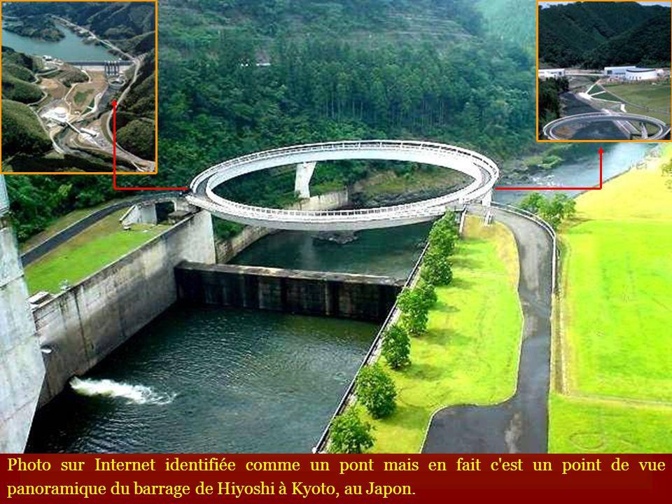 Photo sur Internet identifiée comme un pont mais en fait c'est un point de vue panoramique du barrage de Hiyoshi à Kyoto, au Japon.