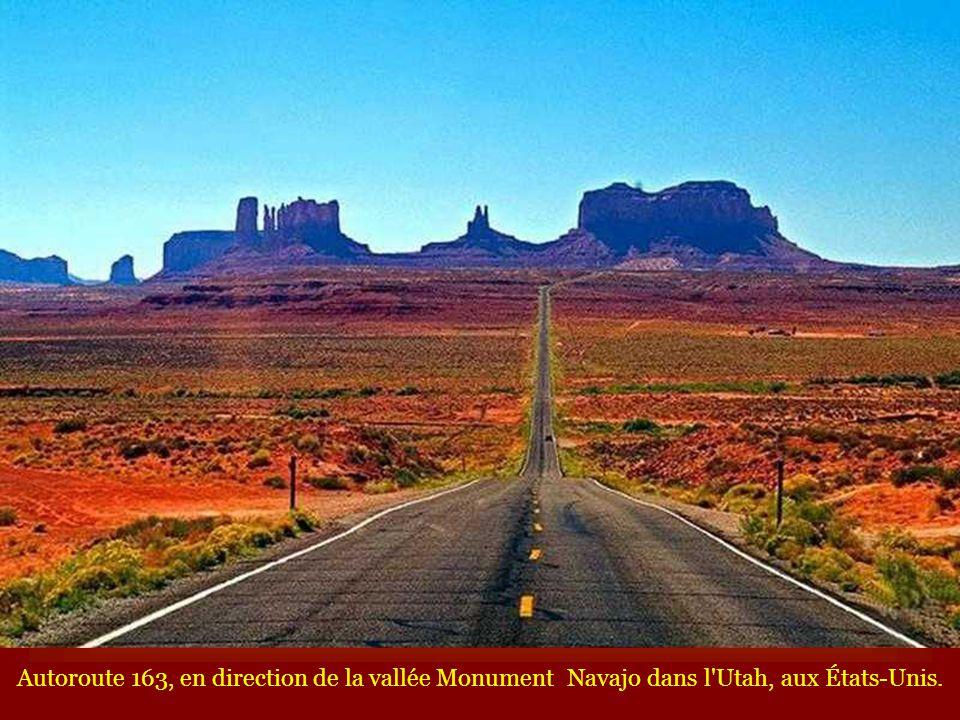 Autoroute 163, en direction de la vallée Monument Navajo dans l'Utah, aux États-Unis.