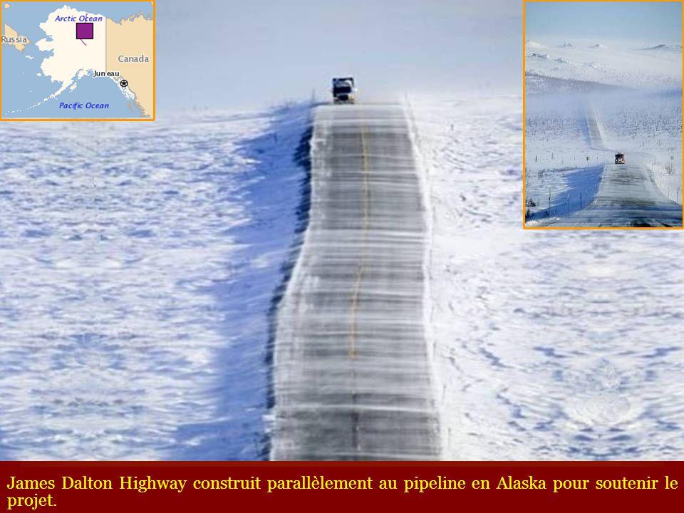 Couloir de neige sur la route du Mont Tateyama appelé Alpes japonaises