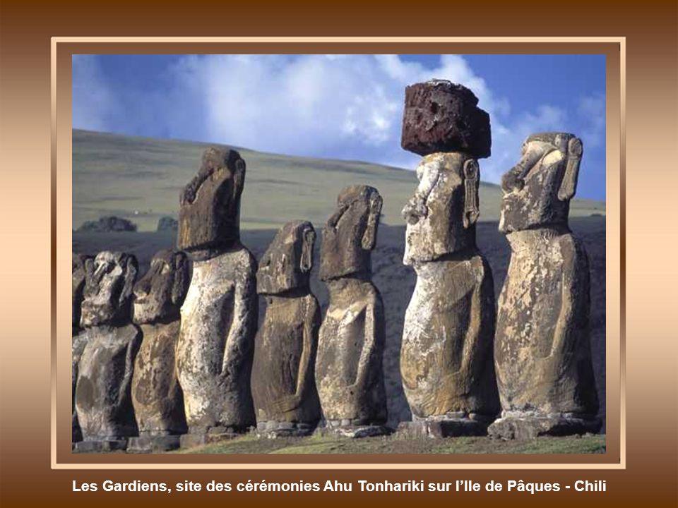 Les Gardiens, site des cérémonies Ahu Tonhariki sur lIle de Pâques - Chili