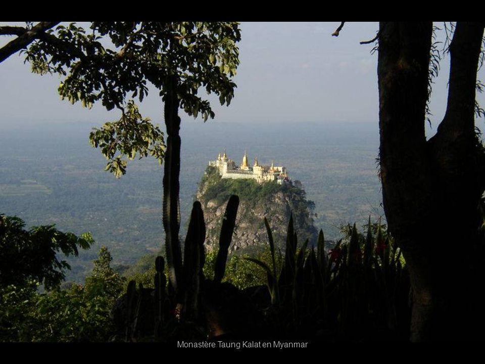 Taung Kalat en Birmanie le monastère construit au sommet dun volcan traduction (espagnol) Charlie