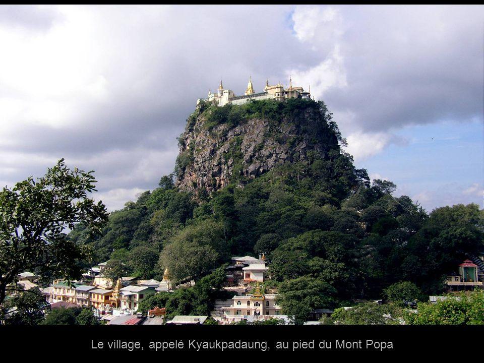 Lentrée principale du monastère