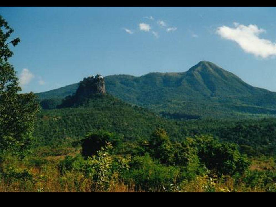 Le Monte Popa est une oasis dans le désert central de Birmanie. Les alentours sont des zones arides, mais le Mont Popa se trouve dans un endroit arros