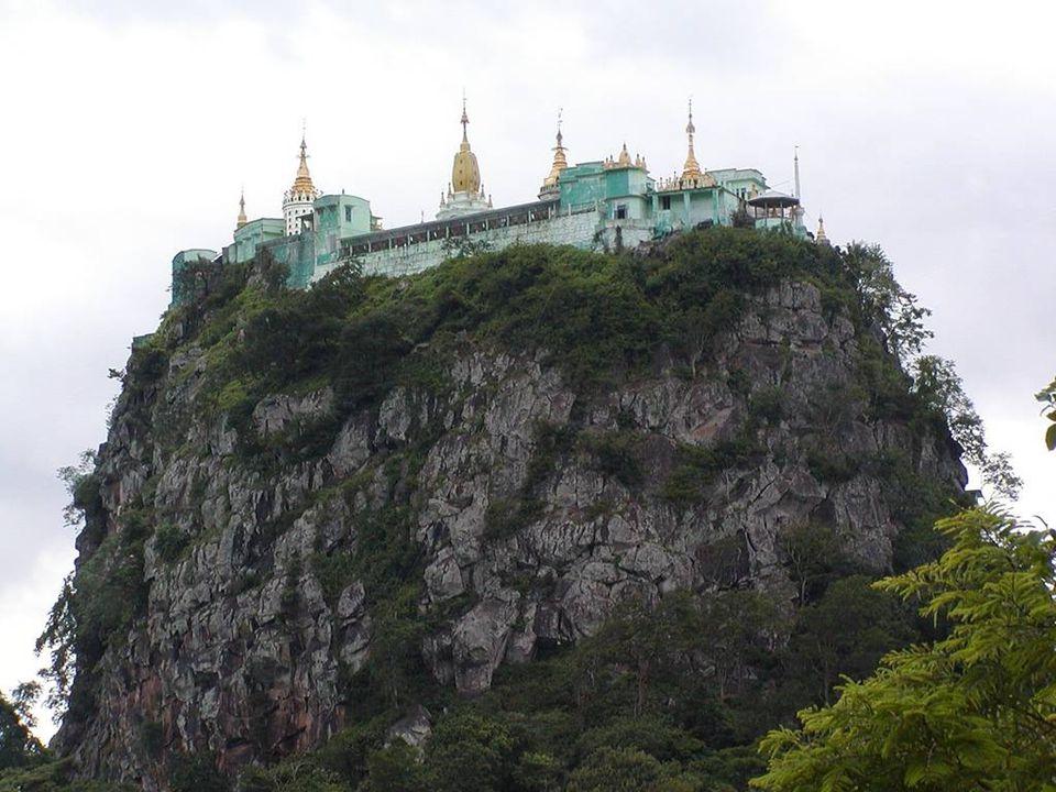 Après avoir vu limpressionnant monastère nous serions enclins à penser que Taung Kalat signifie la colline-piédestal à juste raison puisque la construction se trouve incroyablement tout au sommet du Mont Popa en Birmanie.