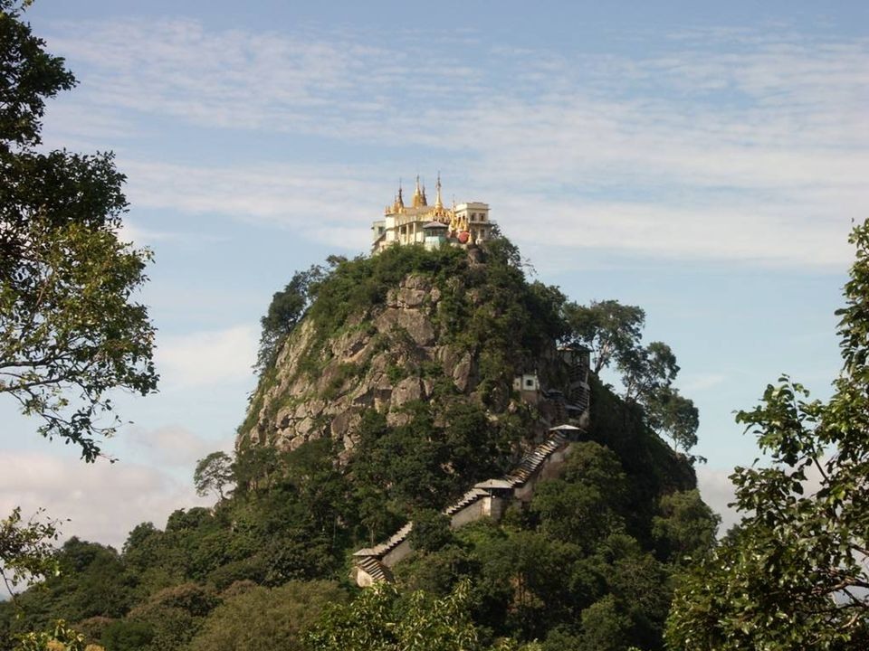 Le seul moyen dy accéder cest un escalier de 777 marches qui fait le tour du volcan jusquau sommet où se trouve le Monastère Boudiste.