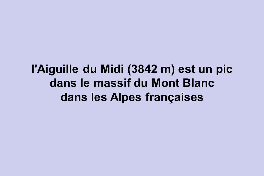 l Aiguille du Midi (3842 m) est un pic dans le massif du Mont Blanc dans les Alpes françaises