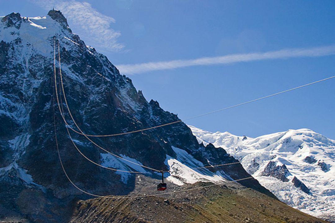 Le sommet de lAiguille contient une plateforme d observation panoramique, une cafétéria et une boutique de cadeaux.