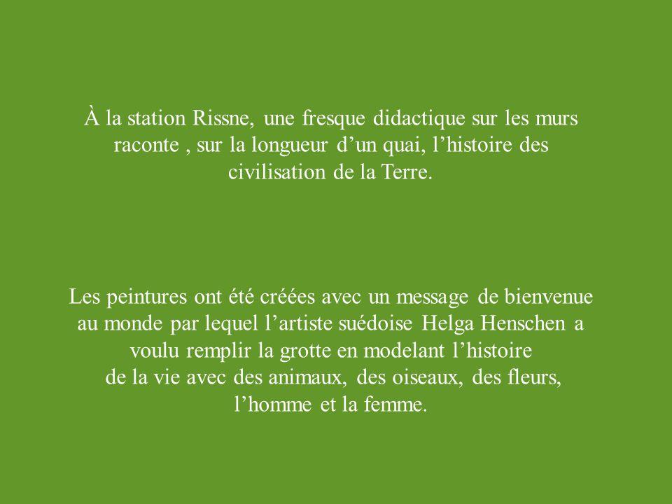 À la station Rissne, une fresque didactique sur les murs raconte, sur la longueur dun quai, lhistoire des civilisation de la Terre.