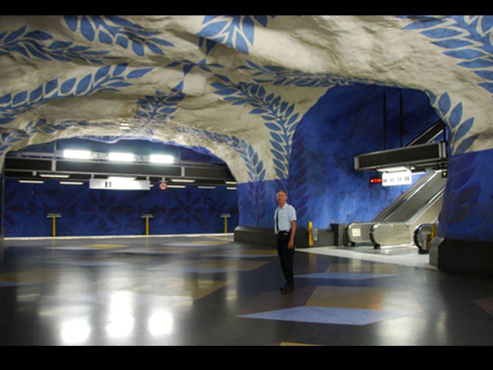 On dit que le métro de Stockholm est la plus longue galerie dart au monde .