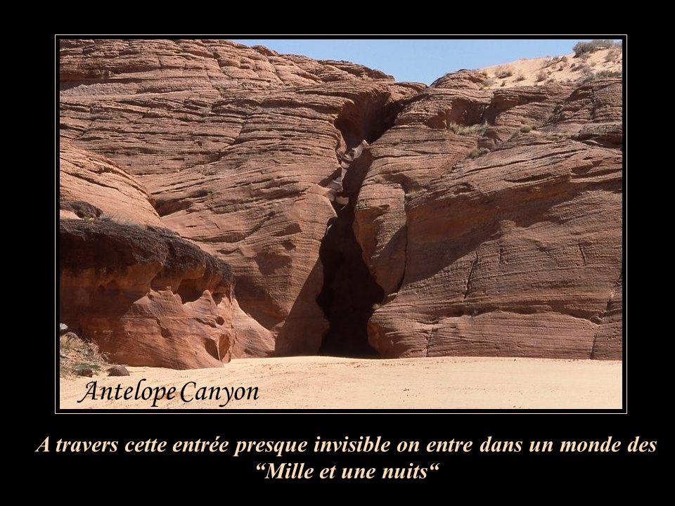 A travers cette entrée presque invisible on entre dans un monde des Mille et une nuits Antelope Canyon