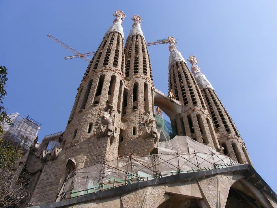 La Sagrada Família, Temple Expiatori de la Sagrada Família de son nom complet en catalan, ou Templo Expiatorio de la Sagrada Familia en espagnol (en f