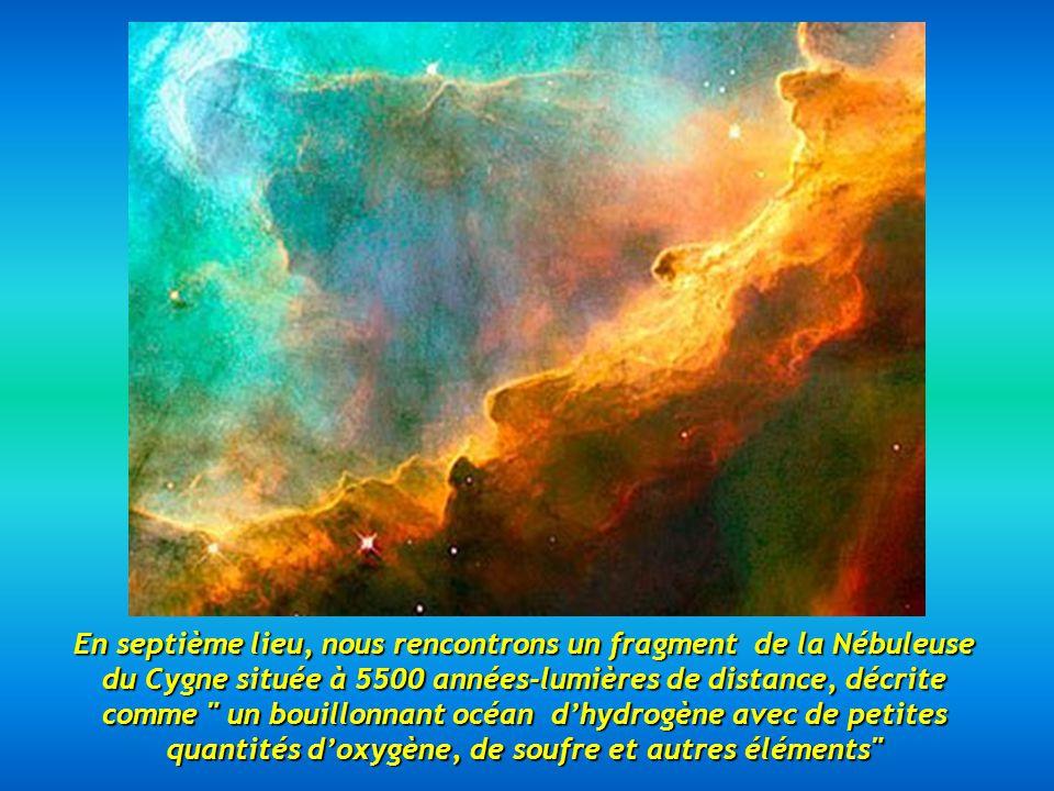 En septième lieu, nous rencontrons un fragment de la Nébuleuse du Cygne située à 5500 années-lumières de distance, décrite comme