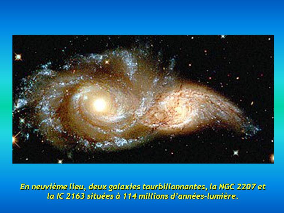 En neuvième lieu, deux galaxies tourbillonnantes, la NGC 2207 et la IC 2163 situées à 114 millions dannées-lumière.