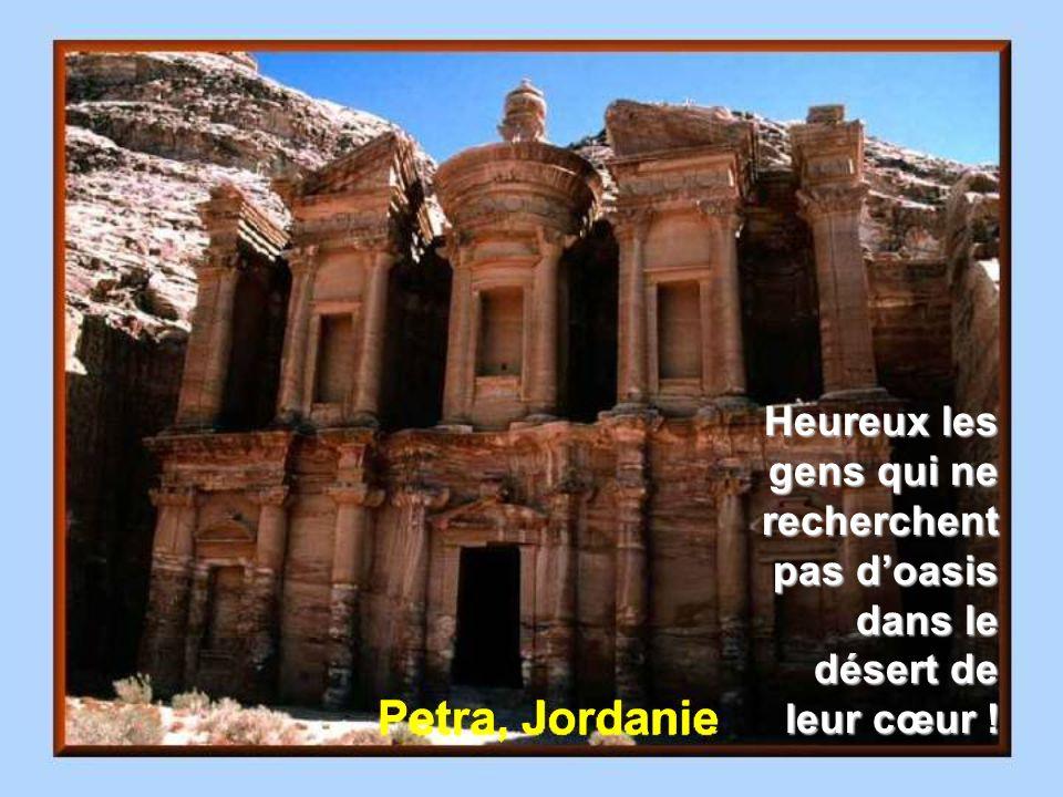 Émirat Arabe Ce qui embellit le désert, cest quil cache un puits quelque part.