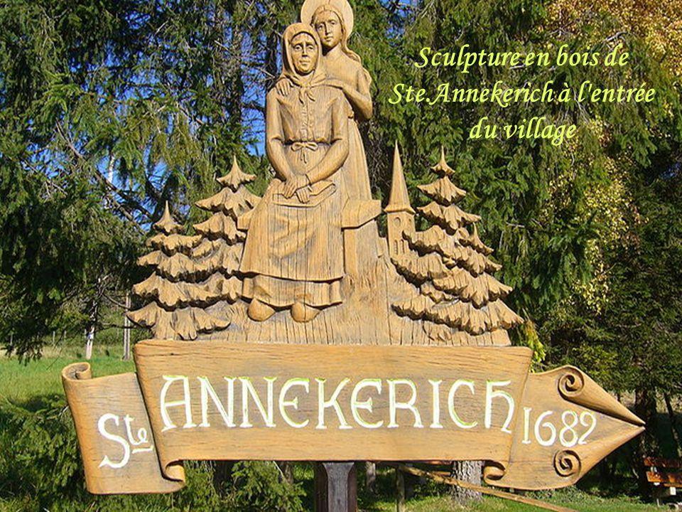 Sculpture en bois de Ste.Annekerich à l entrée du village