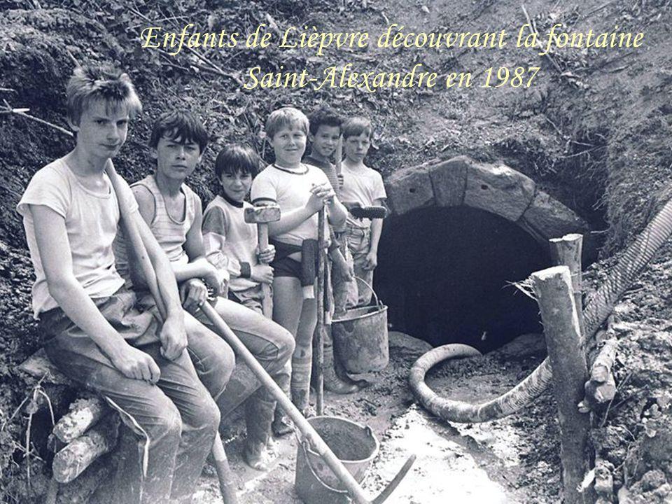 Enfants de Lièpvre découvrant la fontaine Saint-Alexandre en 1987