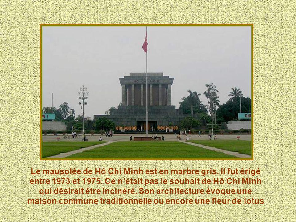 Le mausolée de Hô Chi Minh est en marbre gris. Il fut érigé entre 1973 et 1975. Ce nétait pas le souhait de Hô Chi Minh qui désirait être incinéré. So