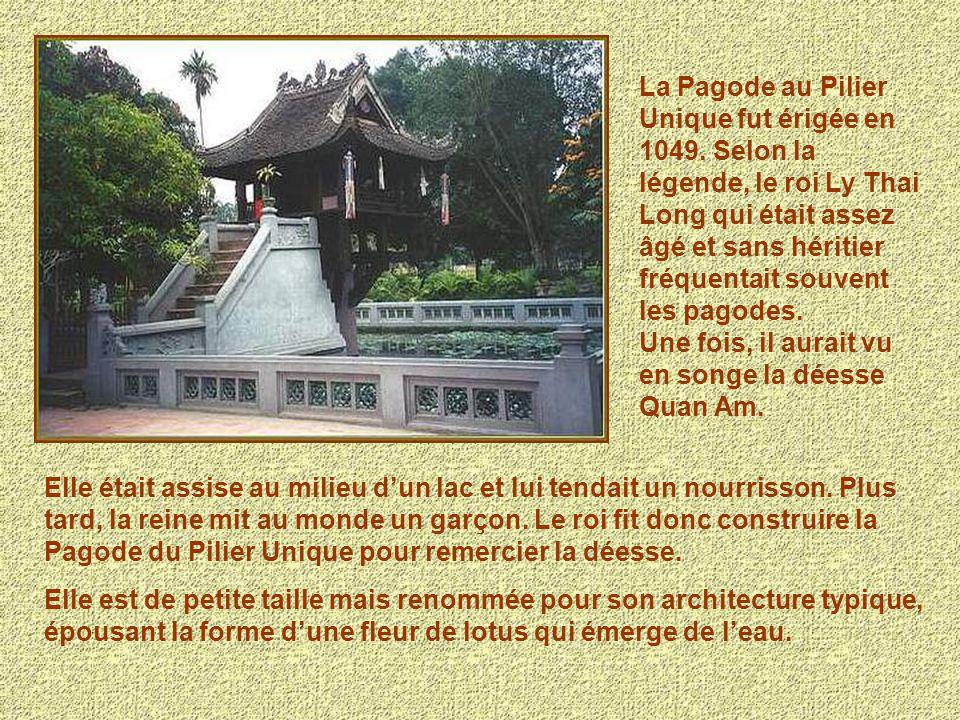 La Pagode au Pilier Unique fut érigée en 1049. Selon la légende, le roi Ly Thai Long qui était assez âgé et sans héritier fréquentait souvent les pago