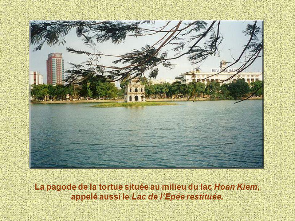 La pagode de la tortue située au milieu du lac Hoan Kiem, appelé aussi le Lac de lEpée restituée.