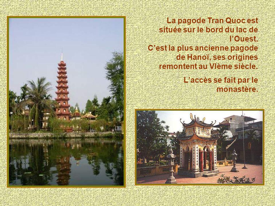 La pagode Tran Quoc est située sur le bord du lac de lOuest. Cest la plus ancienne pagode de Hanoï, ses origines remontent au VIème siècle. Laccès se