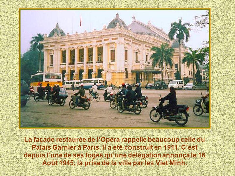 La façade restaurée de lOpéra rappelle beaucoup celle du Palais Garnier à Paris.Il a été construit en 1911. Cest depuis lune de ses loges quune déléga