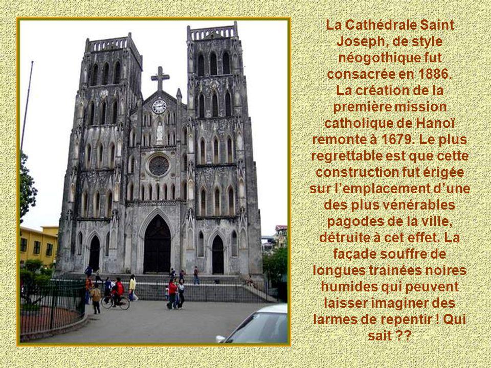 La Cathédrale Saint Joseph, de style néogothique fut consacrée en 1886. La création de la première mission catholique de Hanoï remonte à 1679. Le plus