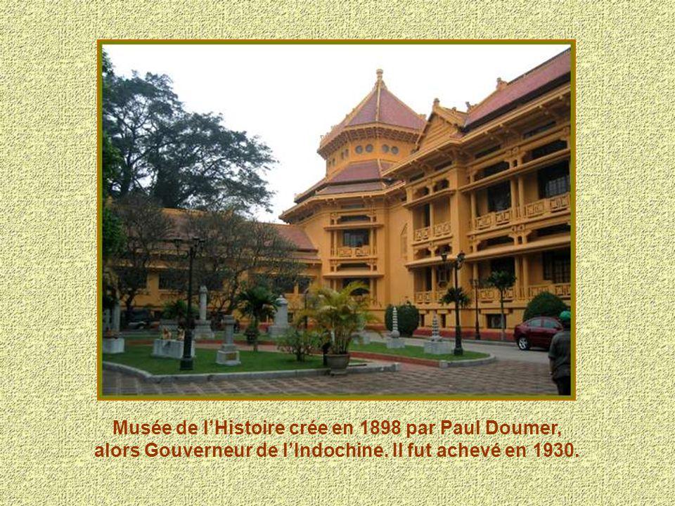 Le Palais de la Présidence de la république, ancien palais des gouverneurs de lIndochine, a une façade en pierre jaune de style néoclassique.