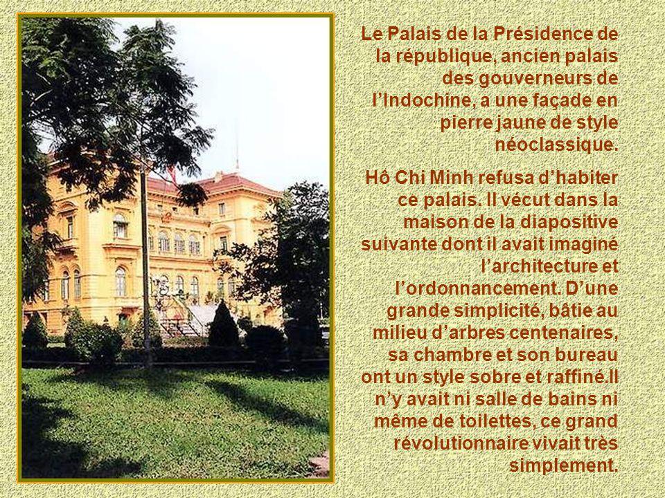 Le Palais de la Présidence de la république, ancien palais des gouverneurs de lIndochine, a une façade en pierre jaune de style néoclassique. Hô Chi M