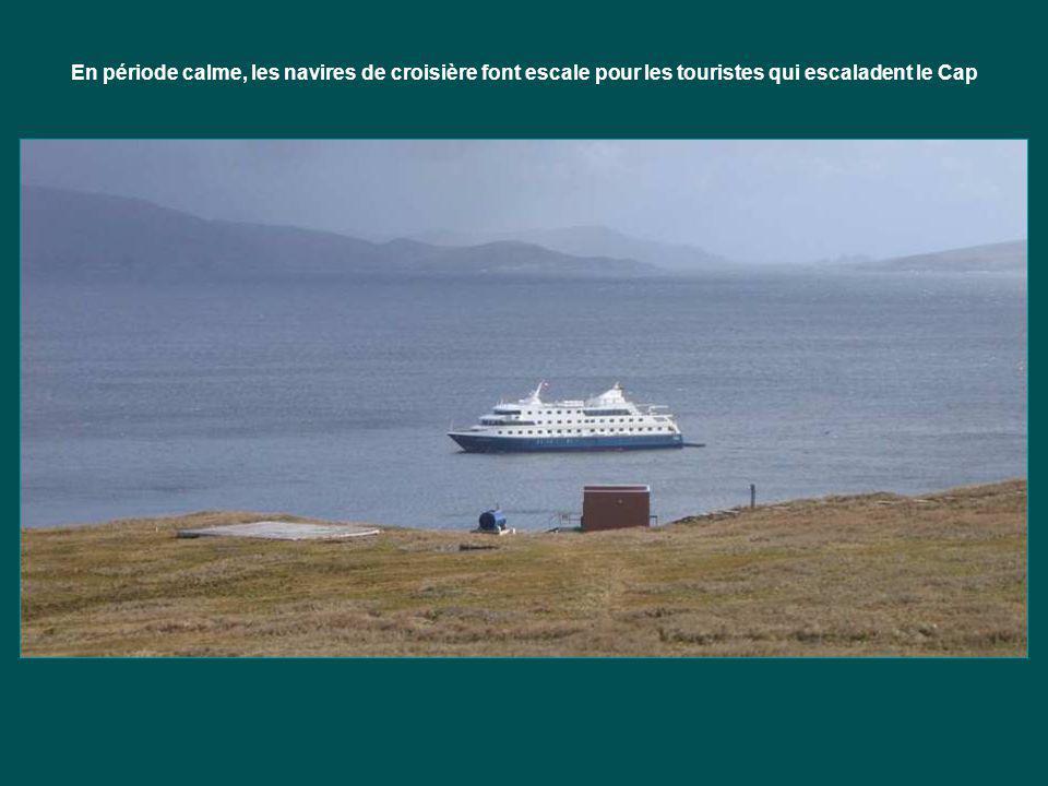 En période calme, les navires de croisière font escale pour les touristes qui escaladent le Cap