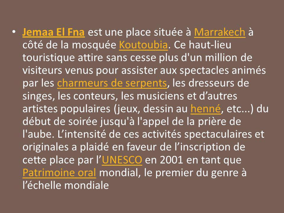 Jemaa El Fna est une place située à Marrakech à côté de la mosquée Koutoubia.