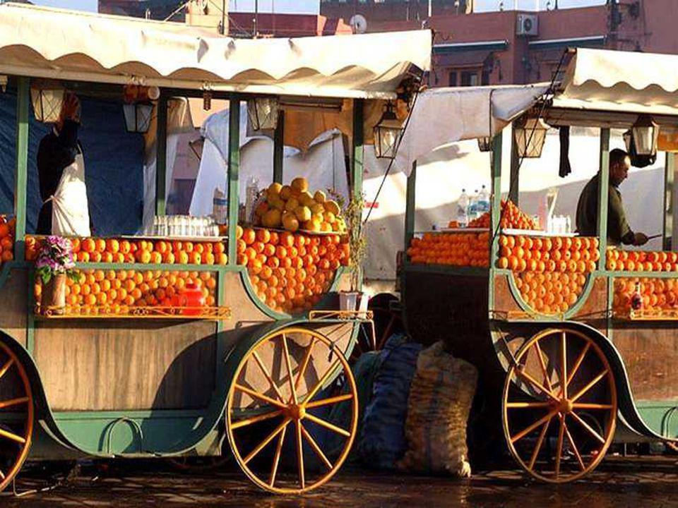 Jemaa El Fna est une place située à Marrakech à côté de la mosquée Koutoubia. Ce haut-lieu touristique attire sans cesse plus d'un million de visiteur