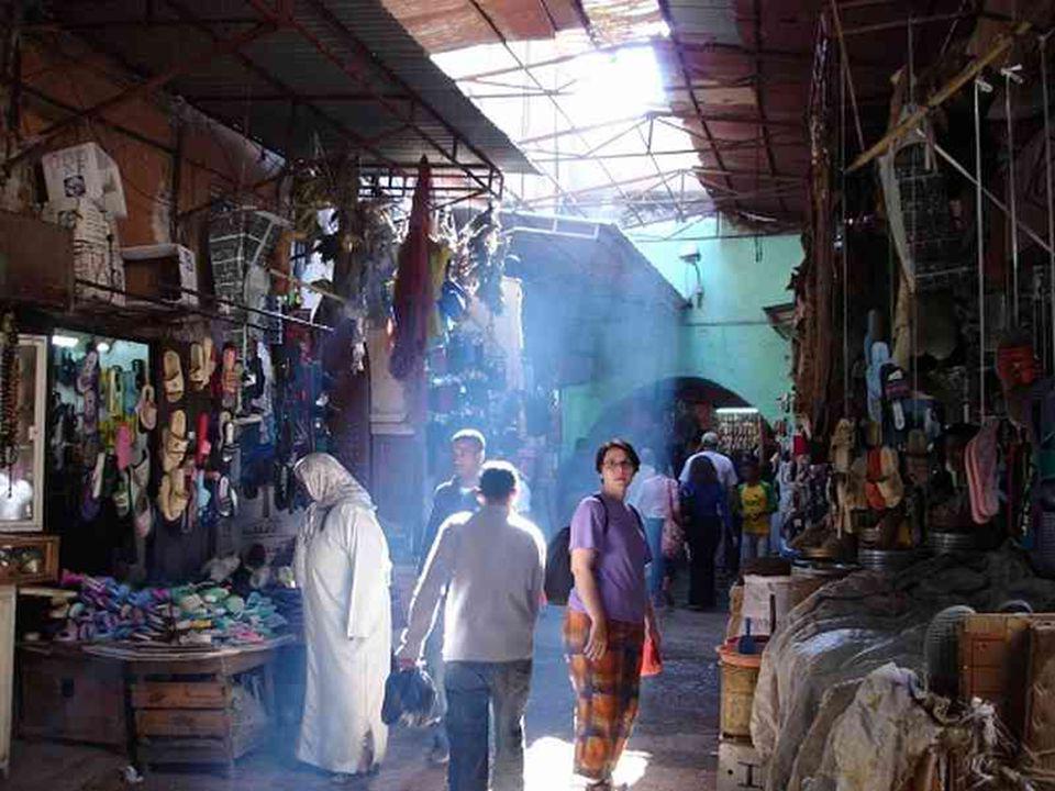 Les souks de Marrakech, lieux particulièrement réputés au Maroc où ils se croisent, s'étendent et s'entremêlent dans la médina de Marrakech. Les souks