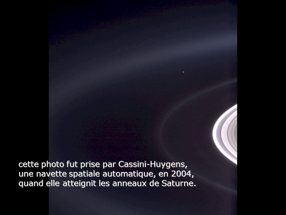 cette photo fut prise par Cassini-Huygens, une navette spatiale automatique, en 2004, quand elle atteignit les anneaux de Saturne.