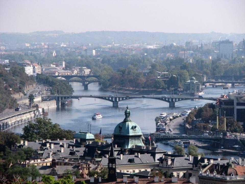 Prague (en tchèque Praha), est la capitale et la plus grande ville de la République tchèque. La ville est traversée par la rivière Vltava et passe sou
