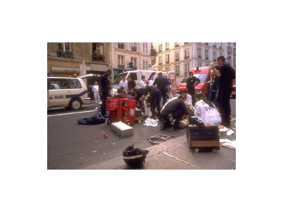 17h05 : SAMU 75, Chatelet Août, accident vers 16h30, équipe sur place à 16h45 (IADE, Externe, DES), Homme de 25 ans, AVP moto, glissade arrêtée par un obstacle.