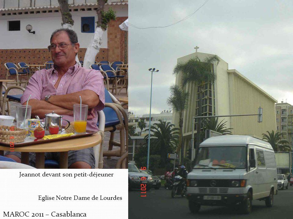 MAROC 2011 – Casablanca Jeannot devant son petit-déjeuner Eglise Notre Dame de Lourdes