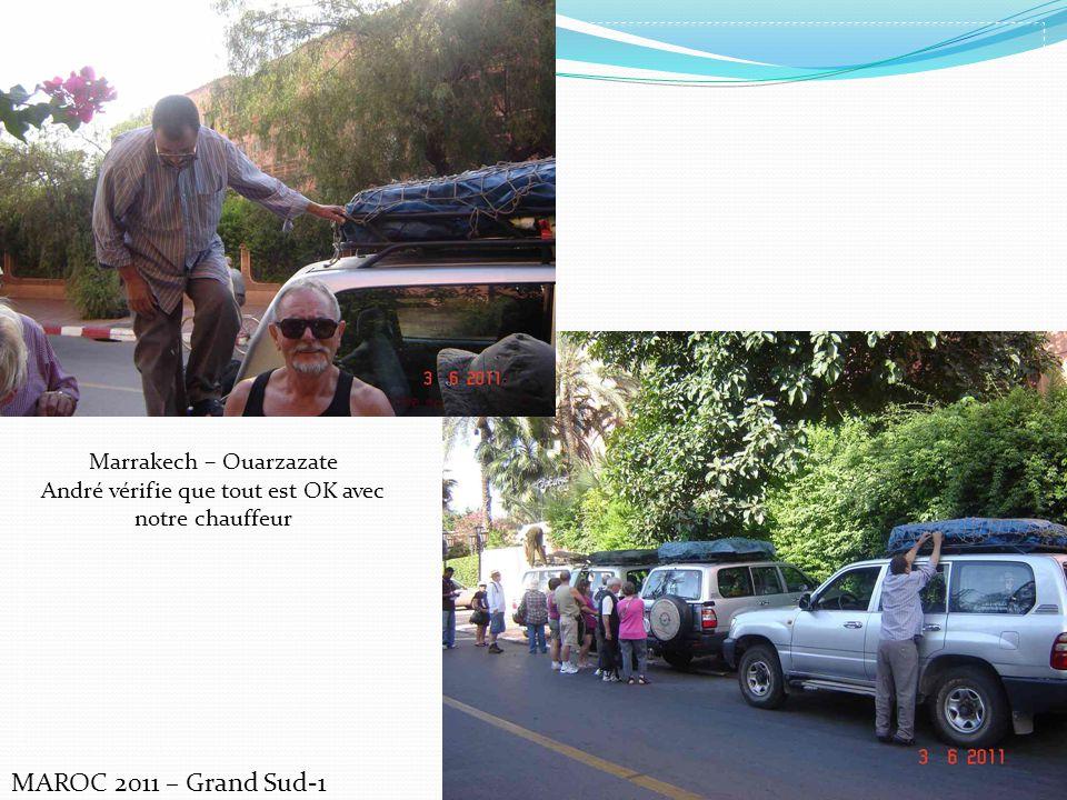MAROC 2011 – Grand Sud-1 Marrakech – Ouarzazate André vérifie que tout est OK avec notre chauffeur