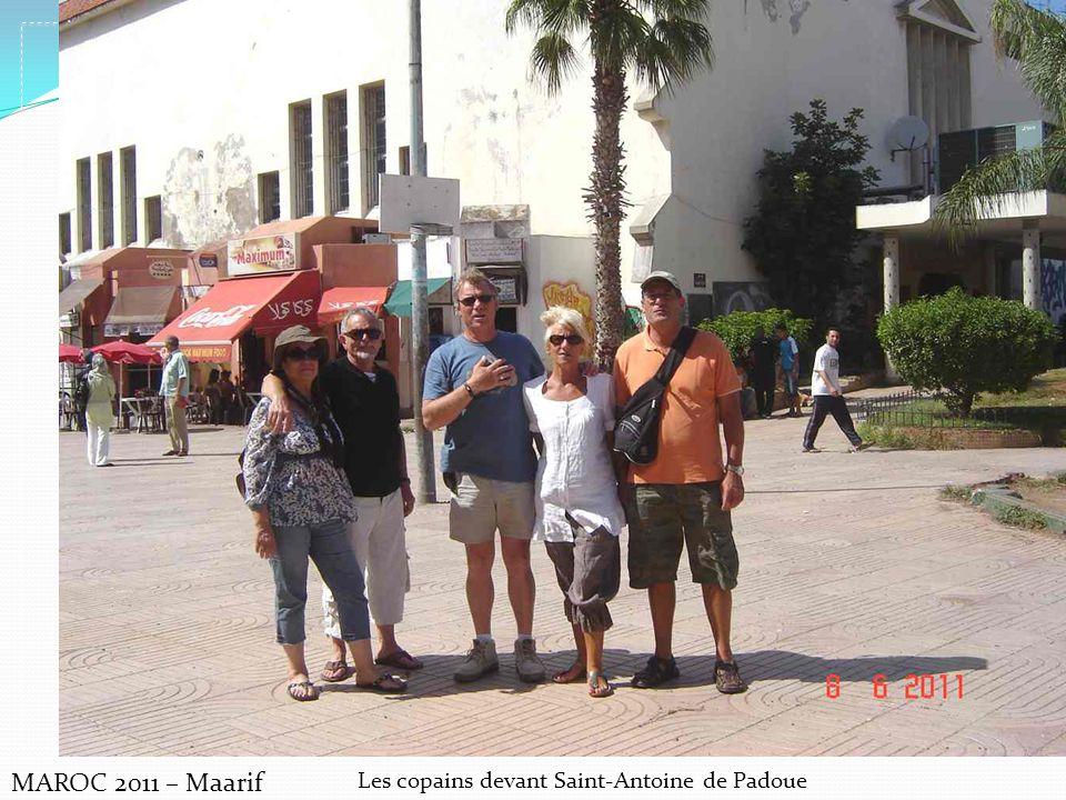 MAROC 2011 – Maarif Les copains devant Saint-Antoine de Padoue