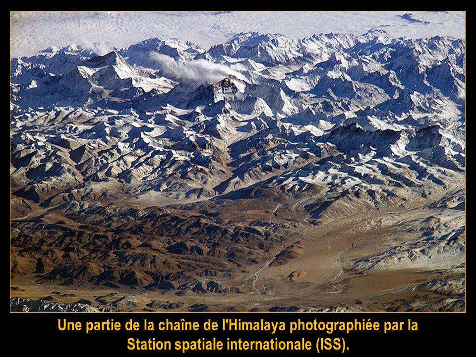 Après avoir gravi tous les sommets des Alpes par tous les versants, les alpinistes ont cherché d'autres terrains de jeux ou dautres formes de défis. C