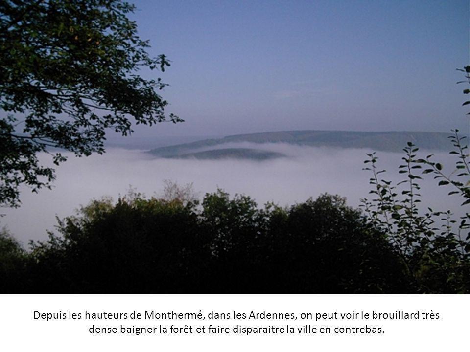 La Clusaz, en Haute Savoie, est envahie de nuages qui forment comme une mer qui dévore la montagne et la vallée.
