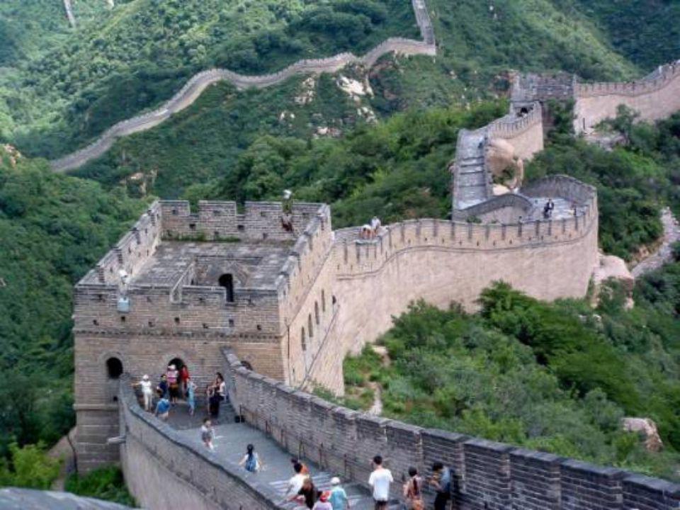 Les murs de la muraille qui s`élèvent jusqu`à 8 mètres de haut et qui font 6 à 7 mètres d`épaisseur, sont garnis de créneaux,