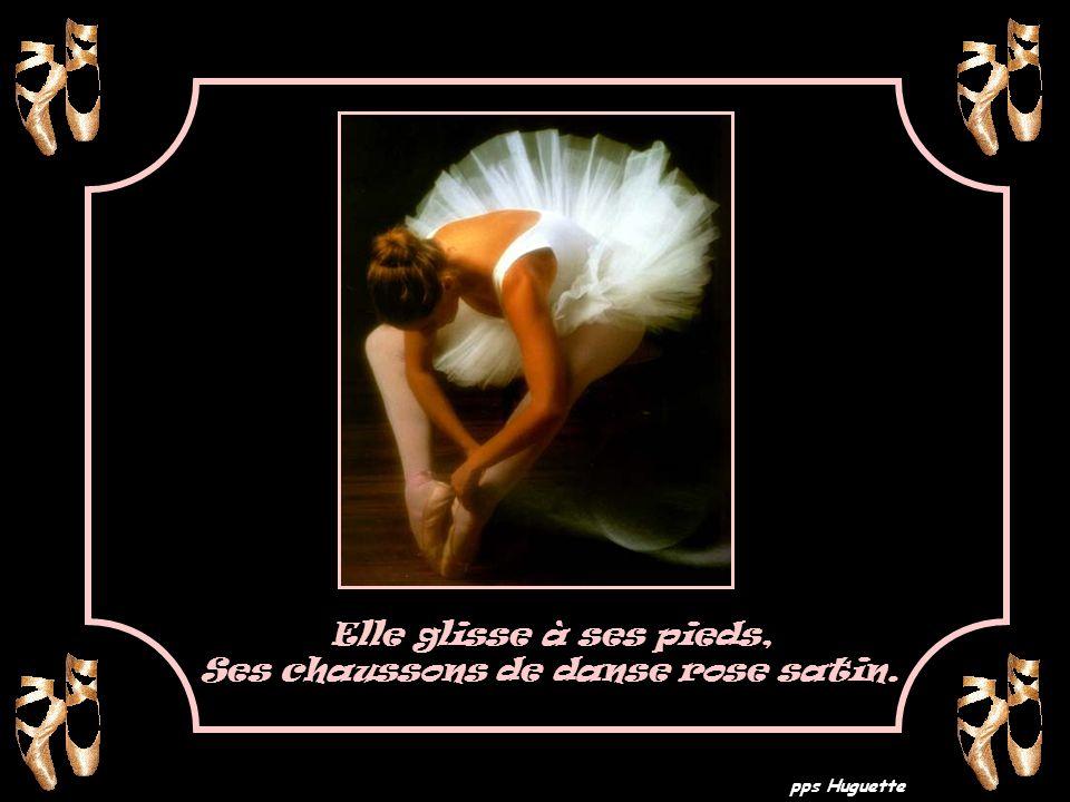 Elle glisse à ses pieds, Ses chaussons de danse rose satin.