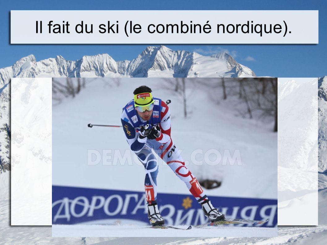 Il fait du ski (le combiné nordique).