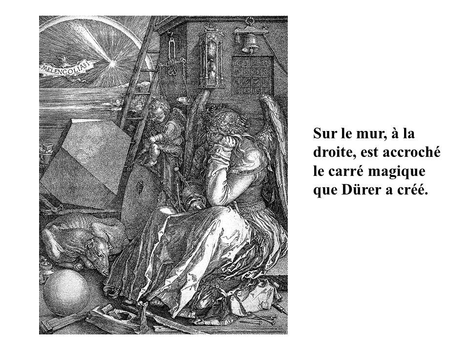 Sur le mur, à la droite, est accroché le carré magique que Dürer a créé.
