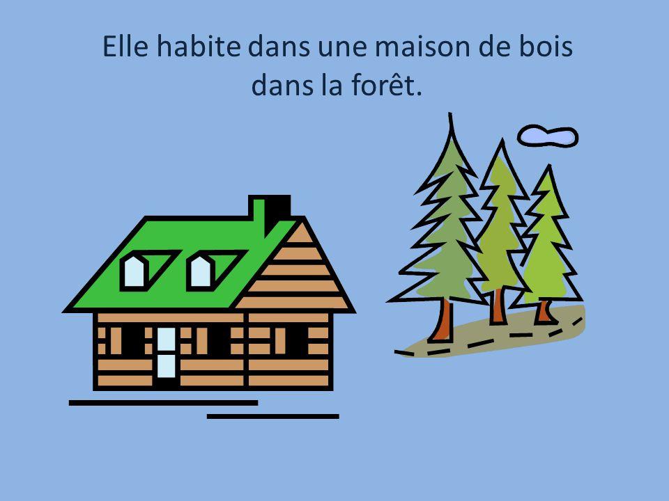 Elle habite dans une maison de bois dans la forêt.