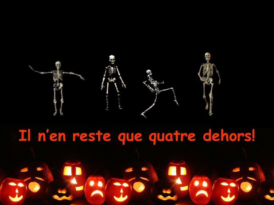 Il y a quatre squelettes qui rampent et qui rôdent tous les soirs