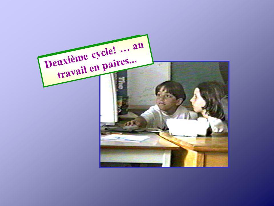 Je regarde la présentation multimédia de notre classe de troisième année.