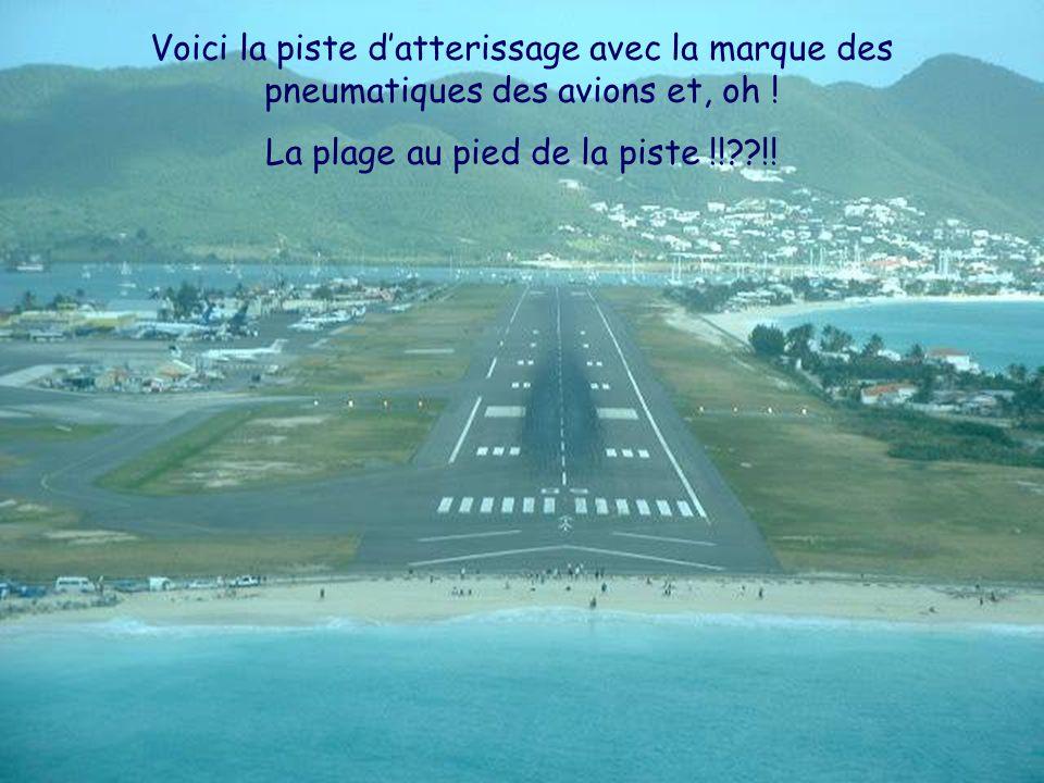 Voici la piste datterissage avec la marque des pneumatiques des avions et, oh ! La plage au pied de la piste !!??!!