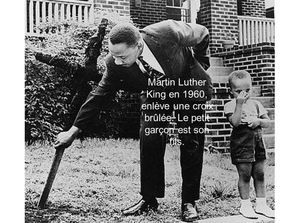 Martin Luther King en 1960, enlève une croix brûlée. Le petit garçon est son fils.